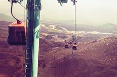 Лифты поднимают туристов к горе Этна на восходе солнца, Катании, Сицилии, Италии стоковое изображение