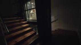 Лифт катания женщины вниз и выходящ жилой квартал вечером акции видеоматериалы