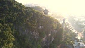 Лифт к пагоде на холме лесохозяйства на городе против солнечного света сток-видео