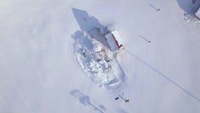 Лифт лыжи для лыжников и snowboarders на горе снега на взгляде трутня курорта зимы Подвесной подъемник на ropeway на снежном акции видеоматериалы