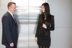 Лифт человека и женщины ждать Стоковое Изображение RF