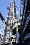 Лифт шахты промышленный на отростчатом реакторе на рафинадном заводе в России стоковое фото rf