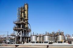 Лифт шахты промышленный на отростчатом реакторе на рафинадном заводе в России стоковые изображения