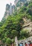 Лифт Bailong, 326 метров высокий на живописной местности Wulingyuan, Zhangjiajie национальный Forest Park, Хунань, Китай стоковая фотография