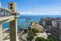 Лифт Lacerda и весь залив Святых в Сальвадоре, Бахи, Бразилии Стоковая Фотография