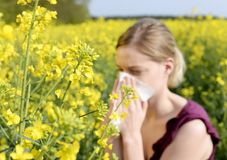 лихорадка имеет женщину сена стоковое изображение rf
