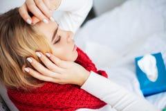 Лихорадка и холод Портрет красивой женщины получил грипп, имеющ головную боль и высокую температуру Крупный план больной девушки стоковое изображение rf