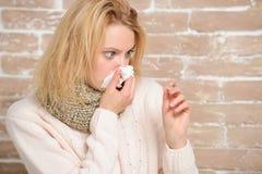 Лихорадка убывала Больная женщина держа термометр лихорадки Нездоровая милая женщина страдая от жары лихорадки Милая больная деву стоковые фотографии rf