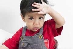 Лихорадка задвижки ребёнка Азии на белой кровати стоковые изображения rf