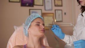 Лицевая впрыска и consultating женский пациент Rejuvenate впрыска видеоматериал