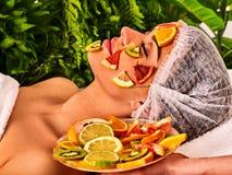 Лицевая маска от свежих фруктов для женщины Beautician прикладывает куски Стоковое фото RF