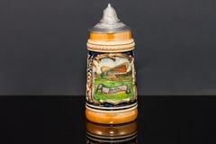 Лицевая сторона немецкой глиняной кружки пива более souvnier от ` 1950 s Стоковые Фотографии RF