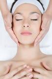 лицевой массаж к женщине Стоковое Изображение