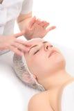 Лицевой массаж с scrub маска Стоковая Фотография RF