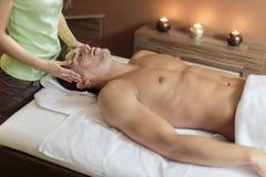 Лицевой массаж стоковые изображения rf