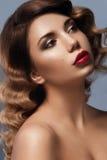 Лицевой портрет молодой девушки красоты с коричневыми глазами стоковое изображение rf