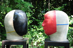 Лицом к лицу экспонат искусства июня Kaneko керамический на галерее Dixon и сады в Мемфисе, Теннесси стоковые изображения