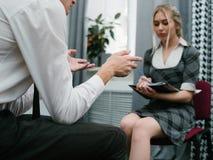 Личная занятость офиса консультации стоковое фото