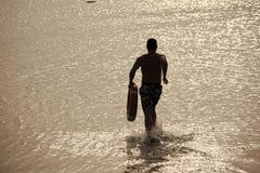 Личная охрана пляжа Силуэт человека задний с красным кольцом жизни Стоковое Изображение RF
