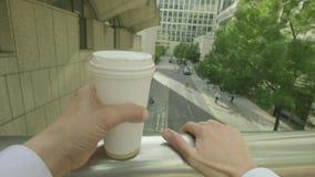 Личная перспектива кофе человека выпивая видеоматериал