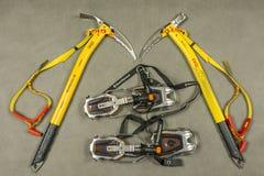 Личное оборудование для туриста или альпиниста во время треков зимы Стоковое Изображение RF