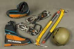 Личное оборудование персоны взбираясь в льде, снеге и зиме в горах высокогорных или Гималаев Стоковые Фото