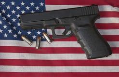 Личное огнестрельное оружие, пули и американский флаг Стоковые Фотографии RF