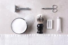 Личные аксессуары холить на серой плитке отделывают поверхность Стоковая Фотография