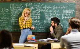 Личные отношения основополагающий к успеху студента Средняя школа или студенты колледжа изучая и читая стоковое изображение