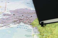 Личные примечания кто-то планируя отключение к Аляске над картой крупного плана Аляски и Канады Стоковая Фотография