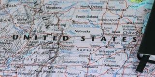 Личные примечания плановика путешественника планируя отключение к Соединенным Штатам Америки над картой крупного плана США Стоковое Изображение