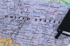 Личные примечания плановика путешественника планируя отключение к Соединенным Штатам Америки над картой крупного плана США Стоковая Фотография