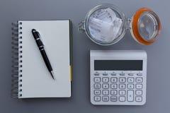 Личные расходы и цена балансируют концепцию вычисления, ручку на th стоковая фотография rf
