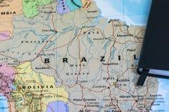 Личные lanning примечания путешественника планируя отключение к Бразилии над картой крупного плана Бразилии Стоковое фото RF