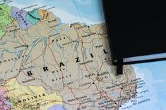 Личные lanning примечания путешественника планируя отключение к Бразилии над картой крупного плана Бразилии Стоковые Фотографии RF