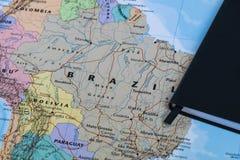 Личные lanning примечания путешественника планируя отключение к Бразилии над картой крупного плана Бразилии Стоковые Фото