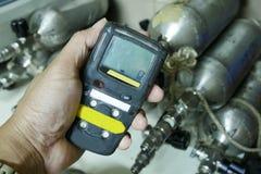 Личный детектор газа H2S, утечка газа проверки изолированная принципиальная схема 3d представляет безопасность белой стоковая фотография