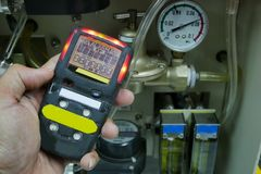 Личный детектор газа H2S, утечка газа проверки изолированная принципиальная схема 3d представляет безопасность белой стоковое фото