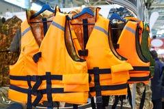 Личный прибор флотирования как спасательный жилет в магазине стоковые фотографии rf