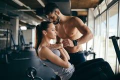 Личный тренер давая инструкции в спортзале Стоковая Фотография RF