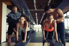 Личный тренер давая инструкции в спортзале Стоковые Фото