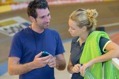 Личный тренер говоря к клиенту Стоковая Фотография RF