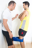 Личный тренер объясняя тренировку Стоковые Фото