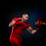 Личный тренер человека тренера и человек работая бокс Стоковое фото RF
