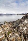 Лишайник покрыл утесы на береге на озере Eishort на острове Skye Стоковое Изображение