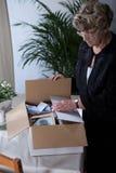 Лишанная женщина сортируя вещи Стоковая Фотография RF