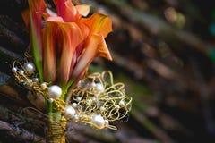 Лилии Calla закрывают вверх около деревянной загородки Стоковые Фотографии RF