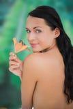 Лилия красивого обнажённого брюнет пахнуть Стоковая Фотография