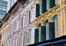 Лиловые, голубые, зеленые & желтые окна и штарки стоковые фотографии rf