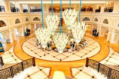 Лоббируйте интерьер роскошной гостиницы в освещении ночи Стоковая Фотография